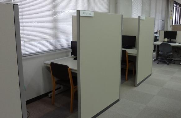 AVブース 目録・情報検索室にはAVブースがあります。DVD,ビデオを視聴できます...  群馬